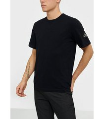 calvin klein jeans monogram sleeve badge reg tee t-shirts & linnen black