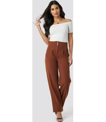 na-kd trend pleated buttoned suit pants - brown