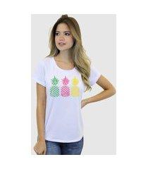 camiseta suffix branca estampa abacaxi amarelo rosa verde gola redonda