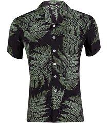 camisa informal de verano para hombres en la playa tropical