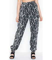 missguided blue leopard cargo trouser byxor