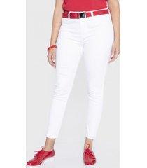 jeans skinny crop con cinturón blanco curvi