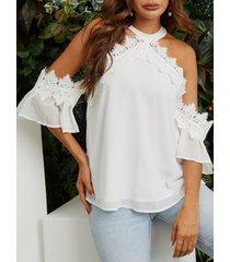 blusa con hombros descubiertos y ribete de encaje blanca