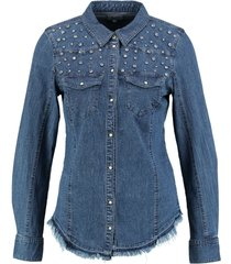 only soepele slim fit denim stretch blouse drukknopen met glinsterstenen valt kleiner