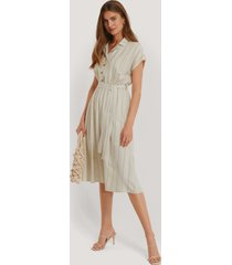 trendyol klänning med bälte - beige
