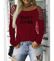 camiseta borgoña con letras redondas cuello rasgado de manga larga