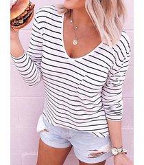 botón blanco diseño camiseta a rayas con cuello de pico