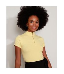 blusa feminina canelada com zíper de argola manga curta gola alta amarela claro