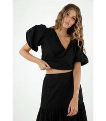 camisa de mujer, silueta crop con escote en v cruzado y mangas englobadas