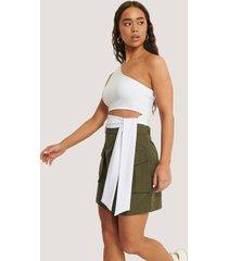 sara sieppi x na-kd kjol med fickor och bälte - green