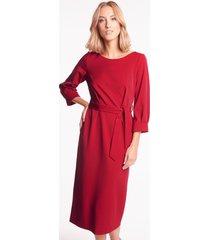 czerwona sukienka midi z paskiem