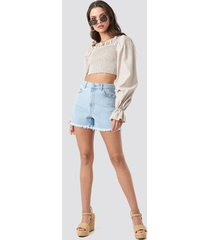 na-kd high waist raw hem denim shorts - blue