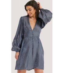 na-kd boho v-shape structured satin dress - blue