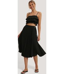 na-kd trend belted pleated skirt - black