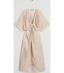 de josh v lavina jurk in de kleur summer skin stripe is gemaakt van een luchtige viscose kwaliteit. de jurk is verrijkt met een ingeweven streeppatroon met goudkleurige lurex streep details. mooie details zijn het knoopdetail aan de voorzijde en de tulpvormige rok. aan de achterzijde is elastiek verwekt in de taille, zodat je een mooie taille creëert. om doorschijnen te voorkomen is de jurk gevoerd. stijl de outfit af met de josh v emma sandalen en de josh v noreen bag in de kleur cream en je bent klaar voor een zomerse dag.