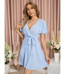 mini vestido de manga corta con cuello en v y diseño cruzado con cinturón azul de yoins