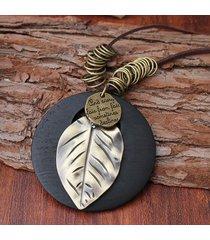 collana in cuoio con pendente di foglia