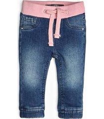jeansy z efektem znoszenia wiązane w pasie
