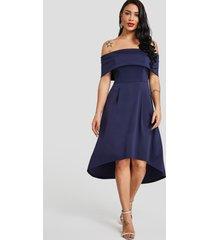 vestido azul oscuro con diseño de cremallera invisible y hombros descubiertos