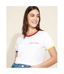 t-shirt feminina mindset com bordado e acabamentos coloridos manga curta decote redondo branca