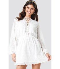 na-kd boho spetsklänning med snörning - white