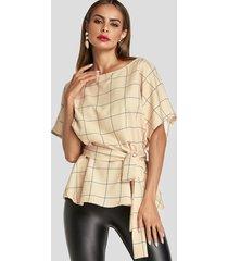 blusa beige con cuello redondo y cuadrícula de diseño anudado