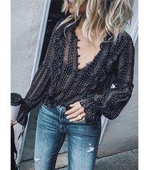 blusa negra de manga larga con cuello en v semi transparente