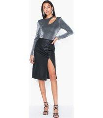 nly trend draped pu skirt midikjolar