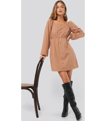 anna skura x na-kd puff sleeve button up dress - brown