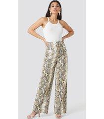na-kd trend snake printed pu pants - beige,multicolor