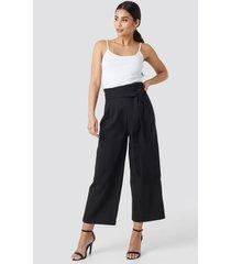 na-kd trend tie waist cropped wide pants - black