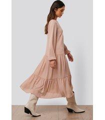 na-kd trend midiklänning i chiffong - pink