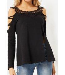 camiseta negra con abertura lateral y ribete de encaje con hombros descubiertos
