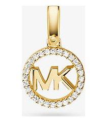 mk ciondolo con logo in argento sterling con placcatura in metallo prezioso e pavé - oro (oro) - michael kors