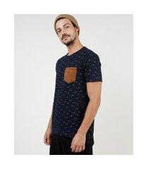 camiseta masculina estampada de flechas com bolso em suede manga curta gola careca azul marinho