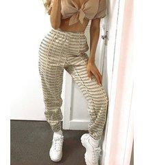 riñonera elástica con bolsillos laterales en color beige pantalones