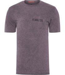 t-shirt masculina com bolso estampa fearless - cinza