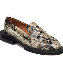 embossed snake loafers låga skor creme ganni