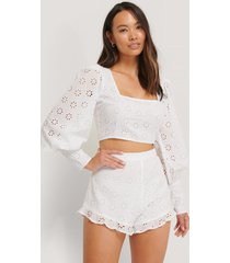 the fashion fraction x na-kd shorts med volang - white