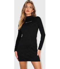 vestido missguided script high neck mini dress negro - calce ajustado