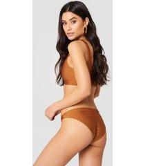 hannalicious x na-kd ruched back bikini pantie - brown