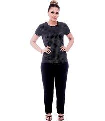 pijama ficalinda de blusa manga curta estampa poá preto de bolinhas brancas e viés preto e calça comprida preta.