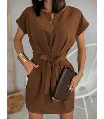 bolsillos laterales cinturón diseño cuello redondo vestido