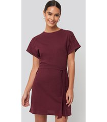 na-kd belted t-shirt dress - red