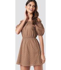 donnaromina x na-kd off shoulder puffy sleeve dress - brown