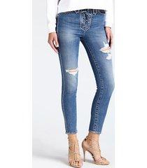 jeansy z ćwiekami i przetarciami