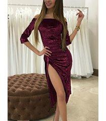 vestido de terciopelo con mangas 3/4 y hombros descubiertos