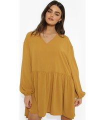 gesmokte jurk met lange mouwen, laagjes en laag decolleté, mustard