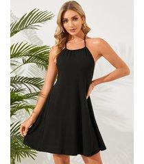 mini vestido sin mangas con cuello halter y diseño sin espalda en negro