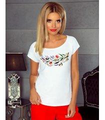 t-shirt z motywem kwiatów